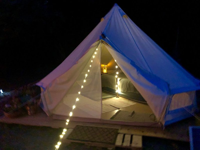 Glamping Bell Tent overlooking Spoon River Valley, holiday rental in Cuba