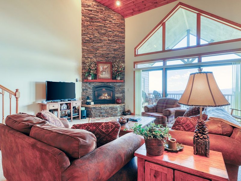 Mountain view condominium w/private deck and vaulted ceilings, holiday rental in Sugar Mountain