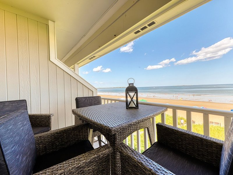 New listing! Gorgeous ocean-front home w/ stunning beach views!, holiday rental in Old Orchard Beach