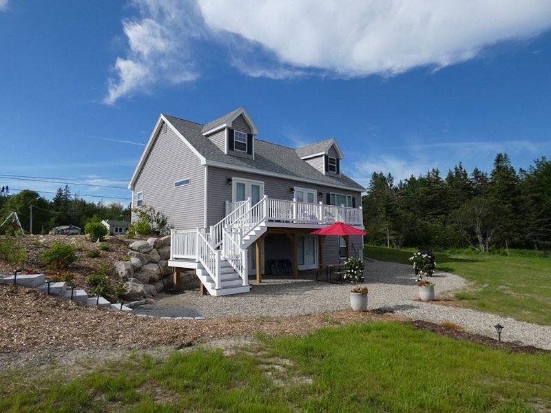 Sunny Hollow: Newer Shorefront Home w/ Beach and Fire Pit Near MDI and Acadia NP, vacation rental in Trenton