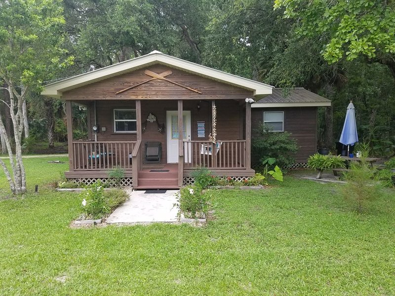 The cabin at the Lake Retreat of Steinhatchee- Awesome, private, 5 Star!, casa vacanza a Steinhatchee