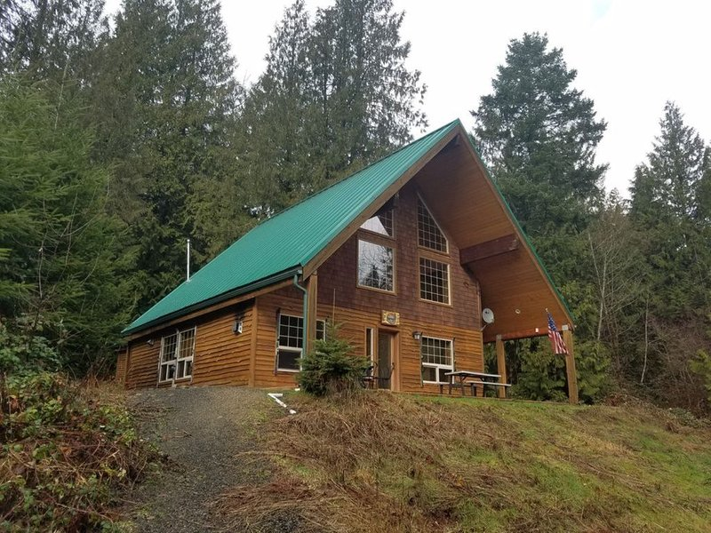 The Adams Chalet on the Cowlitz River, holiday rental in Randle