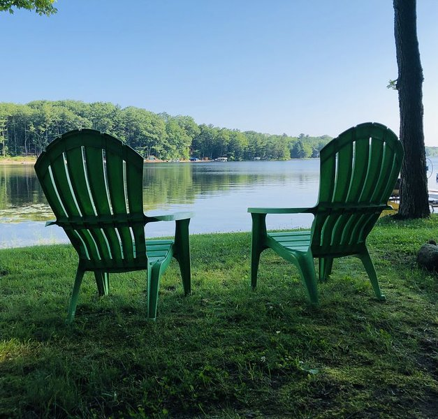 Charming Rose Lake beach house, holiday rental in LeRoy