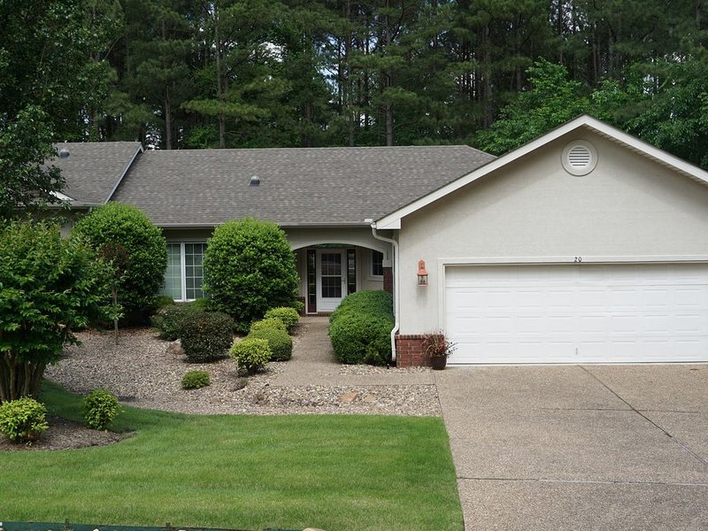 3-Bdrm +Sunroom private view! At East gate! Isabella Golf, vacation rental in Hot Springs Village