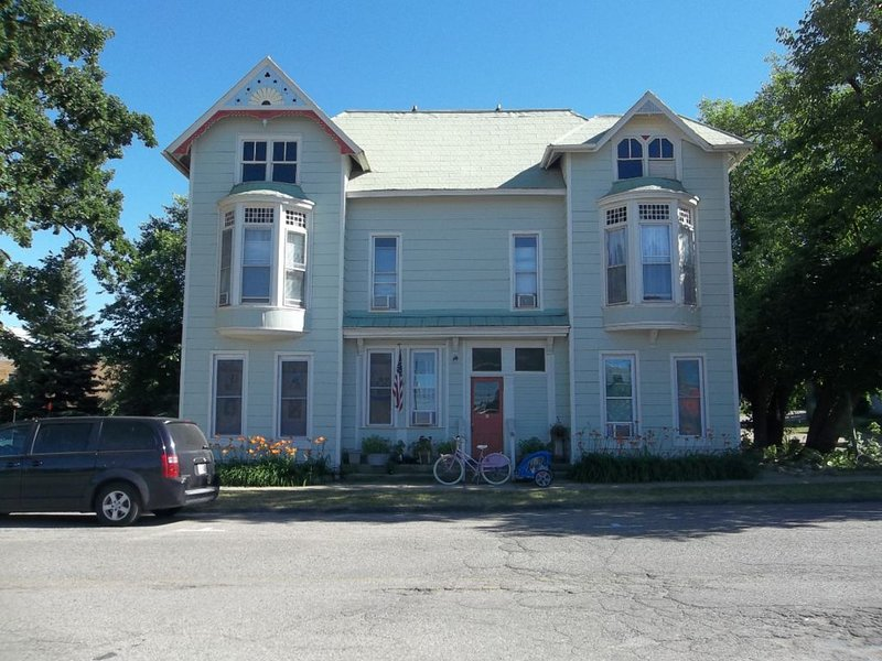 Heart of Hillsdale 1 Bdrm, Work,Cook, Relax Wifi, holiday rental in Quincy