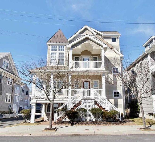 404 Corinthian es un condominio en el primer piso con un hermoso porche