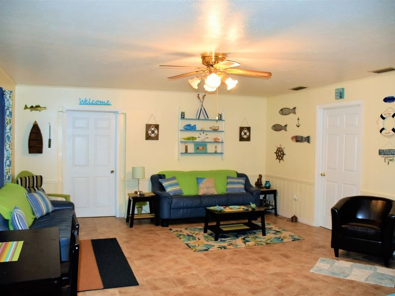3 Bd, 2 Bth,  2 minutes from Mcraes  and River access. Pet Friendly, holiday rental in Homosassa