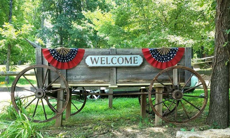 WE'RE OPEN Lake Chatuge Country Cottages Redbud Retreat - FREE WiFi, Prem Chnls!, aluguéis de temporada em Hayesville