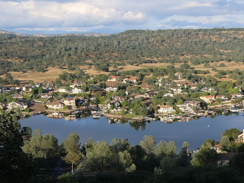 Lake Tulloch and mountain Panoramic view house in Coper Cove, holiday rental in Jamestown