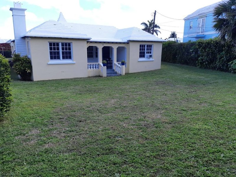 Cozy stand alone cottage with Bermuda Character, holiday rental in Hamilton Parish