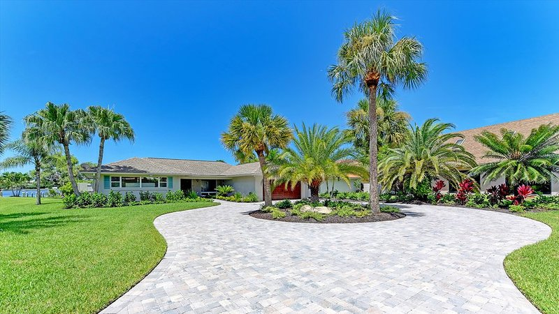 WATERFRONT Luxury Home! Private Pool, Dock, Close to Beaches, holiday rental in Casey Key