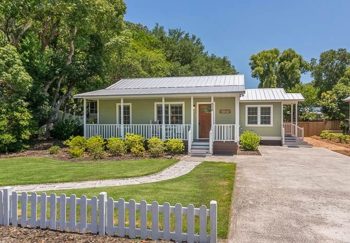 COVID-19 Disinfection Included - Pet Friendly! Huge Privacy Fenced Backyard! Clo, holiday rental in Brunswick