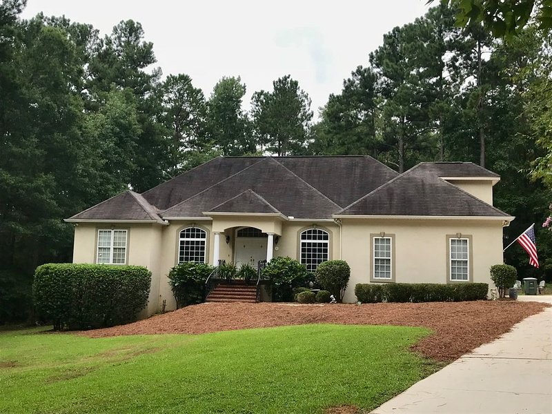 3+ bedrooms , 2 1/2 bath home located 11.4 miles to the Augusta National, casa vacanza a North Augusta