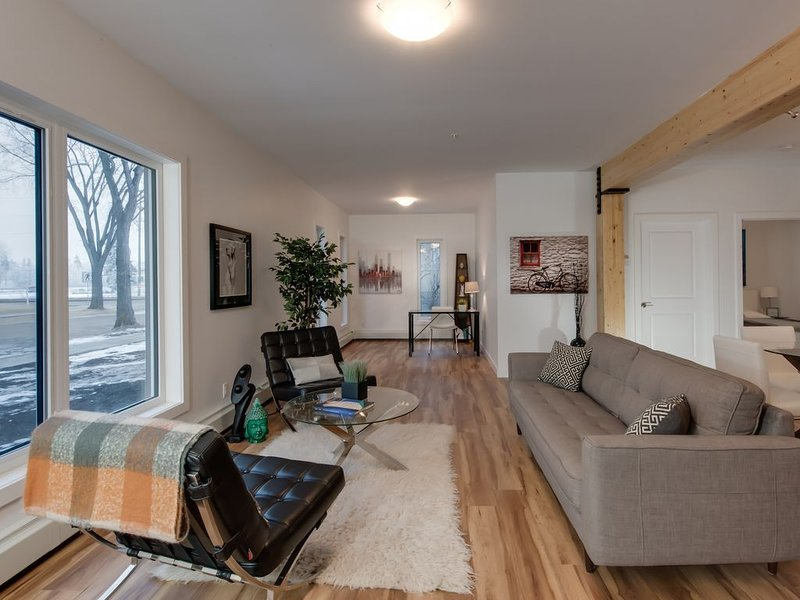 Stylish Condo Close to Royal Alex and Downtown, Ferienwohnung in Edmonton