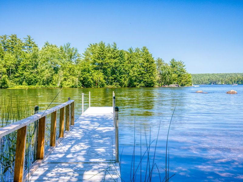 New listing! Lakefront dog-friendly cabin w/ private dock, kayaks, & firepit!, alquiler de vacaciones en Pownal