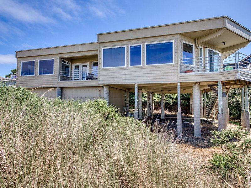 Oceanfront dog-friendly house w/deck overlooking the water, holiday rental in Langlois
