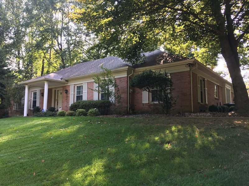 3 bedroom ranch style home in historic Prospect, holiday rental in Henryville