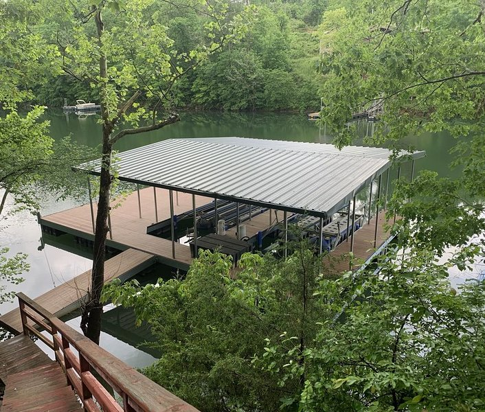 Beautiful Lakefront Home, dock w/ 2 covered slips & boat lifts, easy access!! – semesterbostad i Huntsville
