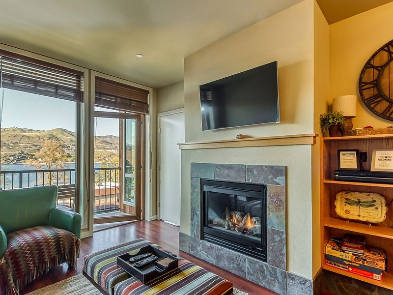 Lake view condo w/ balcony, shared pool & hot tub - walk to the lake!, aluguéis de temporada em Chelan