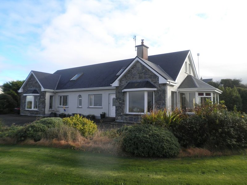 4* Quality home with spectacular views of Galway Bay and Burren hills, vacation rental in Kilchreest