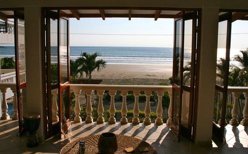 La tua vista dal nostro ampio soggiorno di 45 piedi guardando l'Oceano Pacifico.