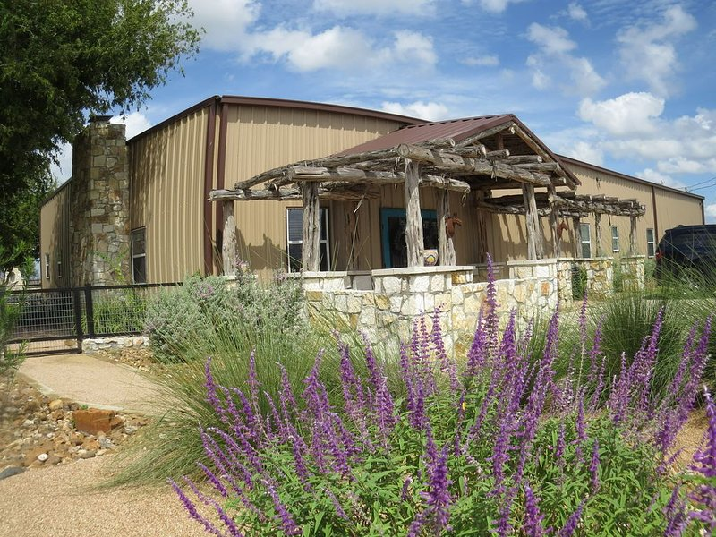 Edge of the Wild Horse Desert Lodge, holiday rental in Karnes City