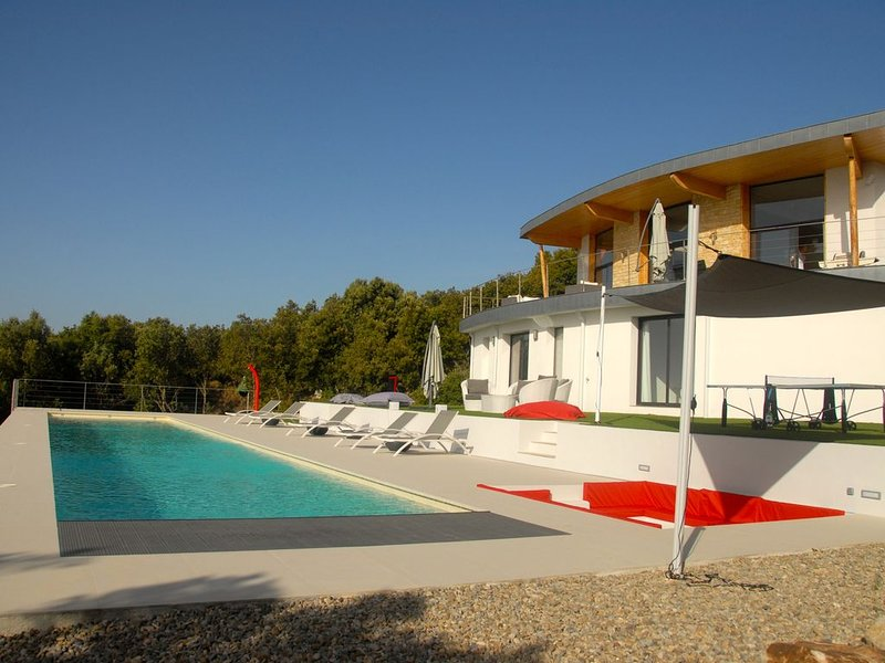 Bi-weekly serviced villa, holiday rental in La Foux