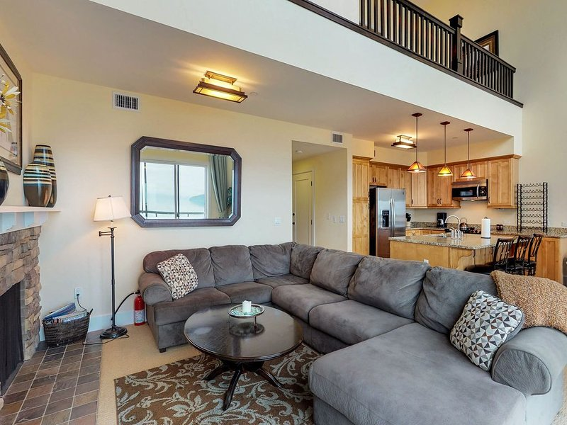 Lakefront penthouse w/ views of the lake & shared dock/pool/hot tub!, vacation rental in Kootenai