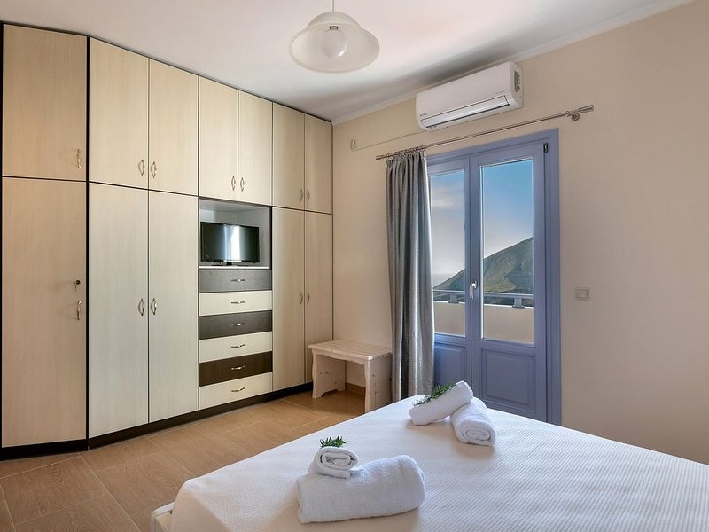 Spacious and Comfort 3 BedRm Apartment with spectacular sea and sun rise views, holiday rental in Exo Gonia