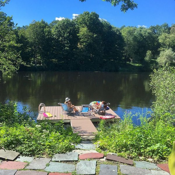 Stunning Lakefront Home w/ Private Dock for Swimming (and Kayaks For Use)., location de vacances à North Salem