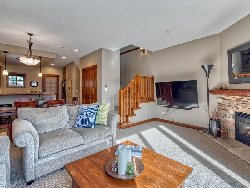 ⭐Ski In /Ski Out  ⭐Close to Village⭐ New Hot Tub!, holiday rental in Sun Peaks