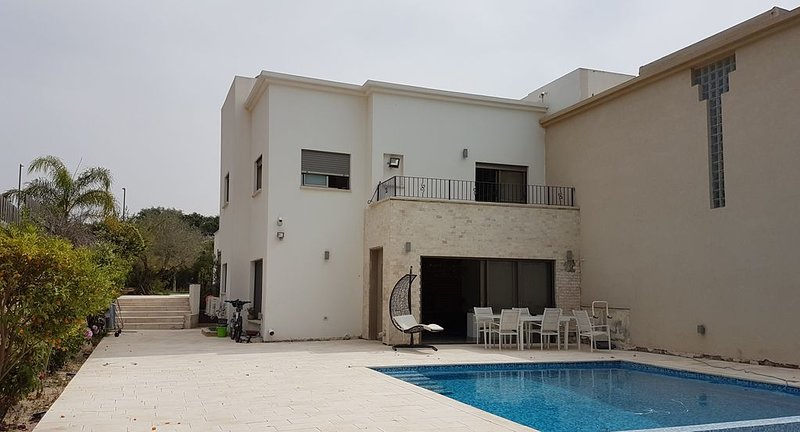 Modern house in Ceasaria very close to the beach and the mall - renovated, alquiler de vacaciones en Bet Hananya