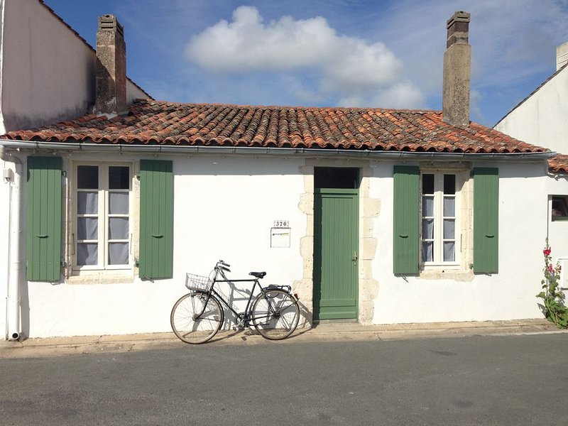 Typical fisherman's cottage in exclusive French seaside village, holiday rental in Saint Clement des Baleines