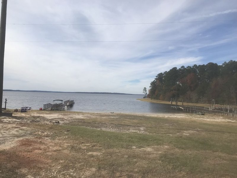 Beautiful One Bedroom Log Cabin with possible pontoon boat rental, casa vacanza a Vernon Parish