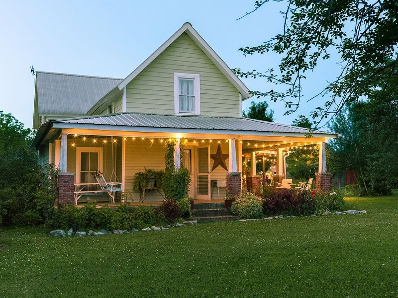 1850s Farmhouse on 70 Acre Family Farm (Flower & Goat Farm), vakantiewoning in Chickamauga