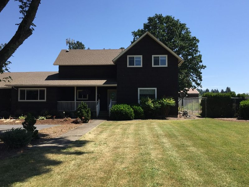 Charming turn of the century Farmhouse near Silver Falls State Park and wineries, vacation rental in Silverton