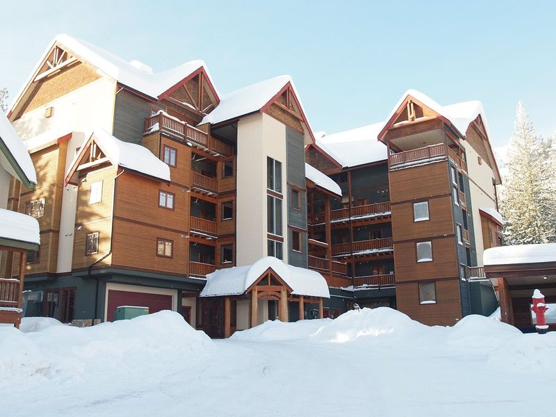 Bright corner suite, spacious layout!, holiday rental in Christina Lake