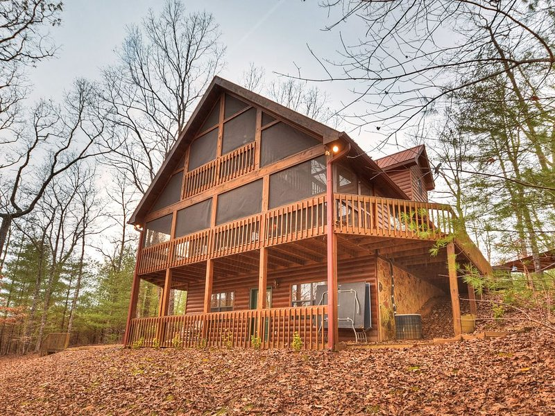 *Free Whitewater Rafting & Ziplining* Enjoy this very cozy cabin rental in the m, holiday rental in Mineral Bluff