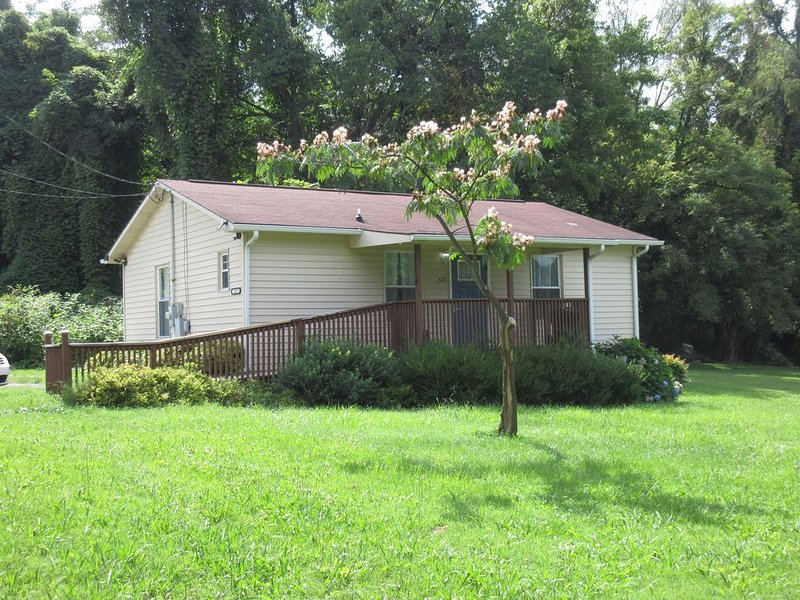 Comfortable and Modern Cottage, 10 Minutes from Tusculum University., holiday rental in Rogersville