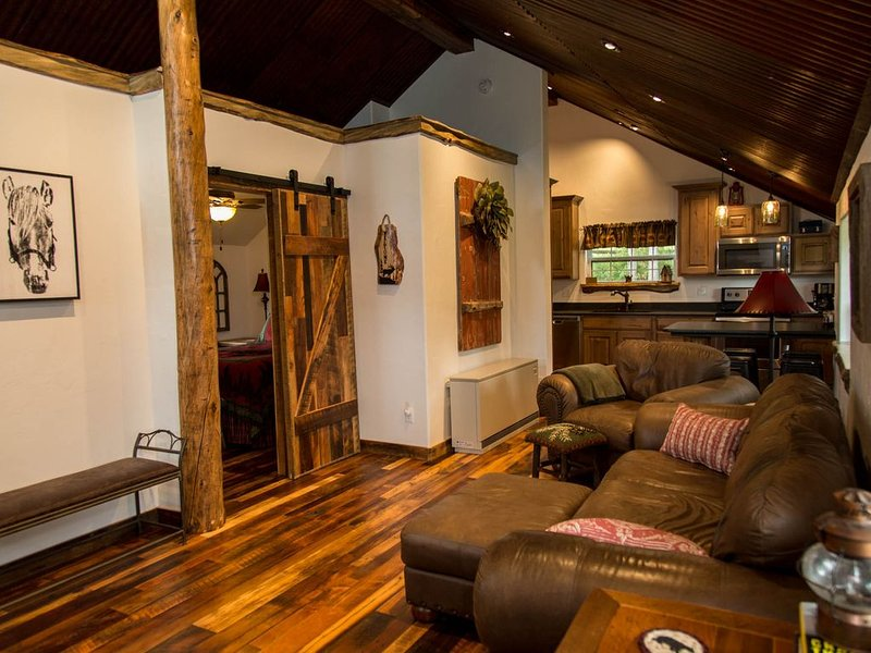 Gorgeous Newly Remodeled Log Cabin at Tiny Timbers Resort!, holiday rental in South Fork