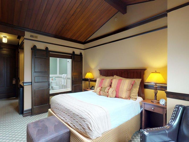 Romantic queen suite w/ spa tub, fireplace & on site restaurant/lounge!, location de vacances à Pateros
