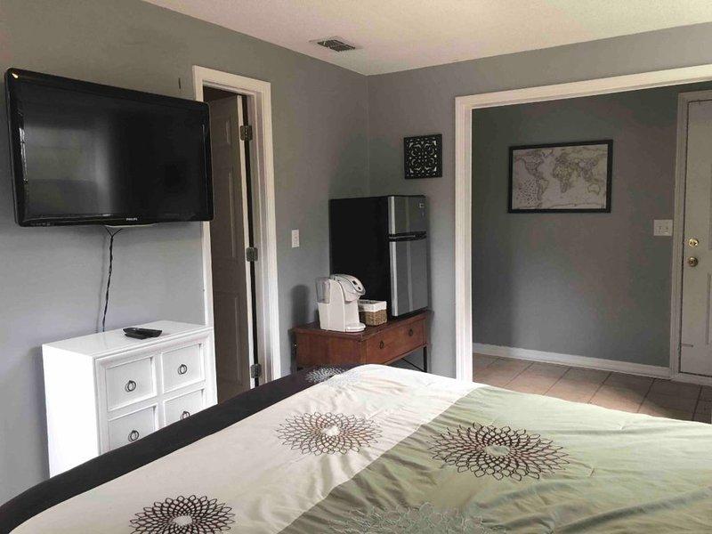 Cozy, private suite steps from San Marco Square, aluguéis de temporada em Orange Park