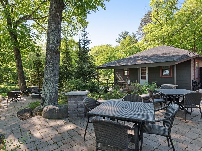 In-town lodge steps from lake, snowmobile trails, fishing, boating, much more!, vacation rental in Manitowish Waters