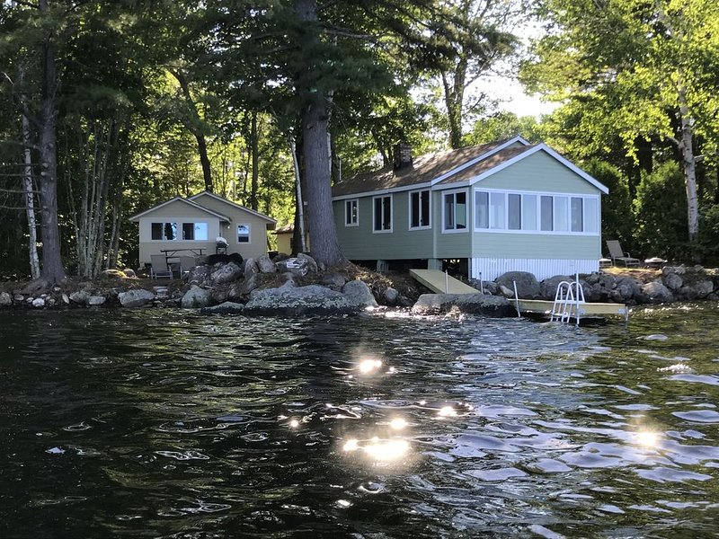 *Two* Waterfront Camps on Sebago Lake, alquiler vacacional en Cornish