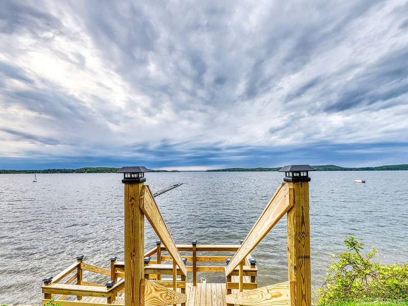 Lakefront cabin w/ beach access & 180-degree view of Lake Champlain, holiday rental in South Hero