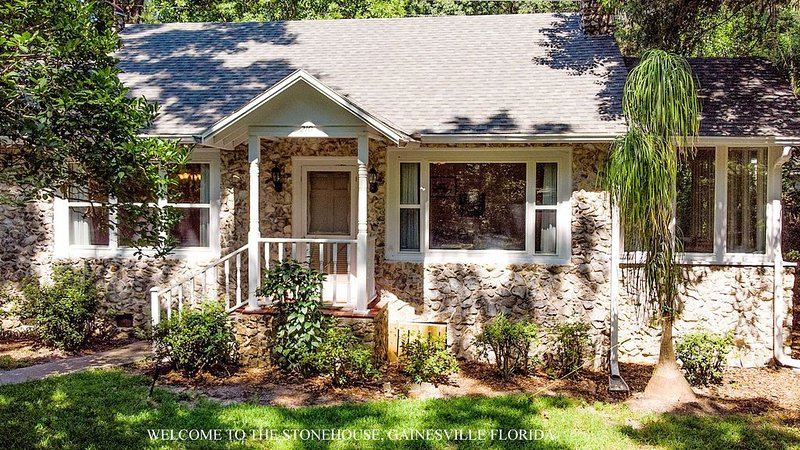 Modern Comforts in a Vintage Home near U. F., holiday rental in Gainesville