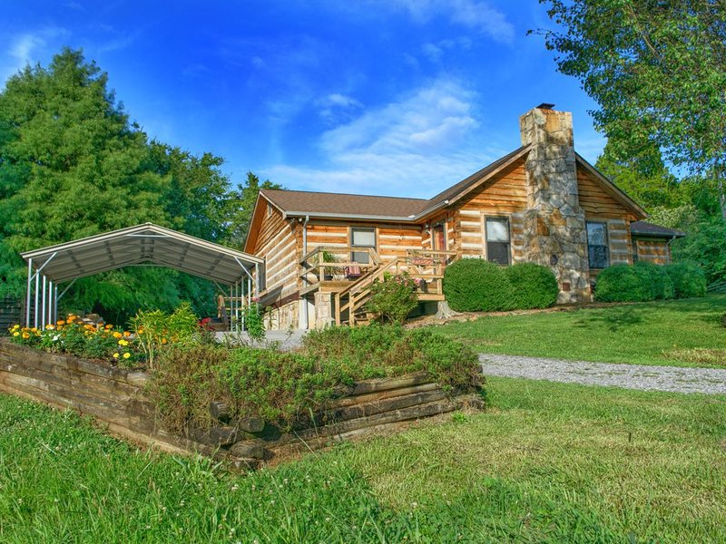 Log home on 50 acres. Private, convenient, beautiful. A little bit of paradise., vacation rental in Knoxville