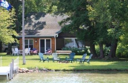 Updated Log Cabin on Pickerel Lake, alquiler de vacaciones en Wolverine
