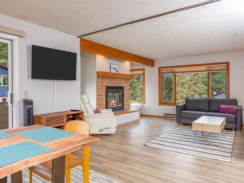 Girdwood condo w/ wood-burning fireplace & balcony w/ mtn views - walk to lifts!, holiday rental in Girdwood
