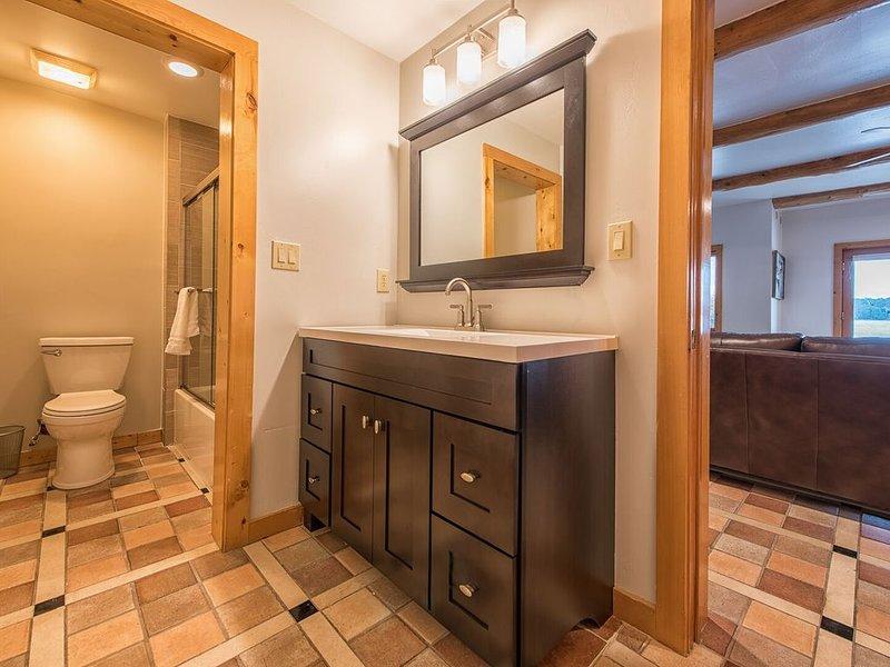 Salle de bain complète au niveau inférieur pour la chambre avec lits superposés pour les enfants, également facile d'accès depuis le lac.